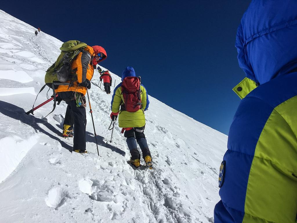 1280px-Mountaineers_on_Elbrus.jpg